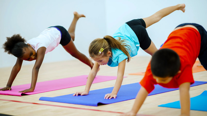 kids raising back leg in yoga class